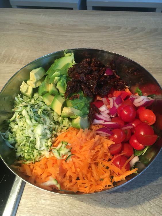 Fitness Bowl  Grüner Salat, geriebene Karotten, zucchini, Avocado, Tomaten und getrocknete Tomaten Apfelessig und Olivenöl