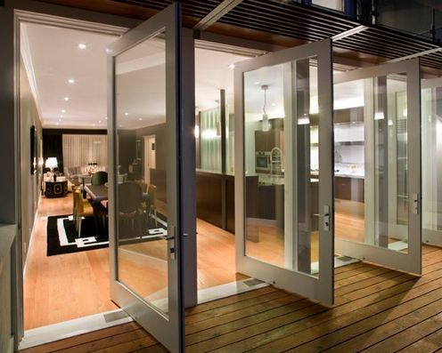 Salida a terraza con puertas pivotantes en aluminio blanco - Puertas terraza aluminio ...