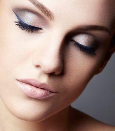 Maquiagem utilizando delineador azul: as cores escuras são aplicadas no canto externo;  aplicar uma sombra clara no canto interno; aplicar delineador com um traço mais grosso no canto externo (delineador azul carbono).