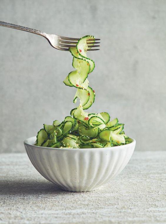 Recette de salade de concombres au sésame du livre Plus de légumes de Ricardo.