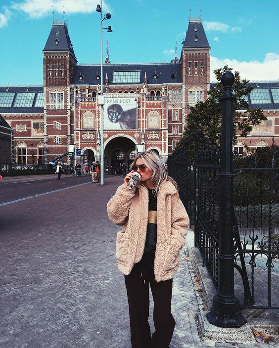 perfect morning // art  & coffee ☕️ #amsterdam #makeityayday #emmicaffelattenl  Claartje Rose style