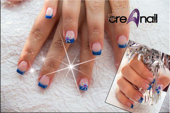 blaues Glitterfrench mit kleinen Acryl Malereien