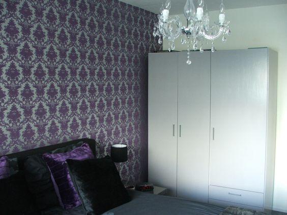 Kleuren schema van grijs, paars en zwart. Samen met het strakke meubilair en decoratief patroon geeft dit een spannende mix.
