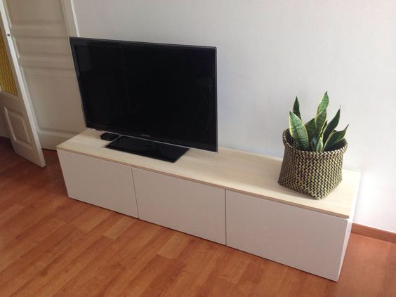 Mueble TV Besta Blanco de Ikea Decorado con tablón de madera de pino