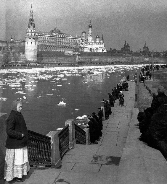1902. Москва-река, Кремль, мартовский ледоход.