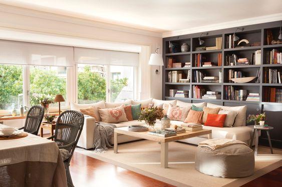 En el salón. Sofá y mesa de centro de The Room & Co, cojines de Lu Ink y Calma House, flexo de Artemide y puf de Mercader de Venecia.