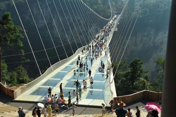 In Cina è stato aperto il ponte di vetro più alto e lungo del mondo. Da oggi i…