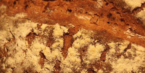 Nein, keine Sorge: dieses Blog verwandelt sich nicht in ein Foodblog, dazu fotografiere ich viel zu schlecht. Aber ich habe vor einigen Wochen entdeckt, dass Brotbacken Spaß macht, viel weniger Arbeit ist als ich dachte, das Wissen um die verwendeten Zutaten außerdem beruhigt und das resultierende Brot sensationell schmeckt. Seitdem backe ich zweimal die Woche ein formidables Bio-Roggenbrot, a ...