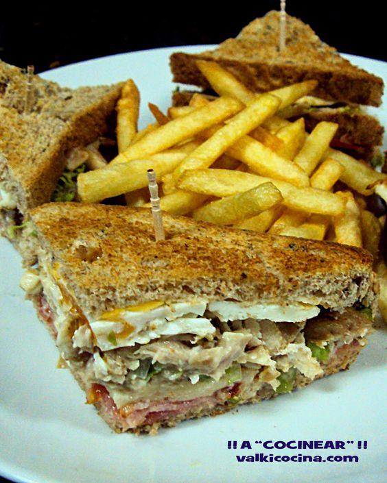 SANDWICH CLUB | ¡¡A COCINEAR!! en orden: Pan de Sandwich integral hacendado, tomate, bacon, queso havarti, lechuga con mayonesa, pollo, y huevo a la plancha