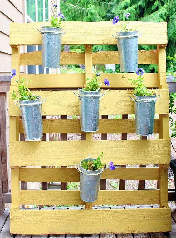 Garten mit paletten und topfpflanzen gartenm bel aus - Topfpflanzen garten ...