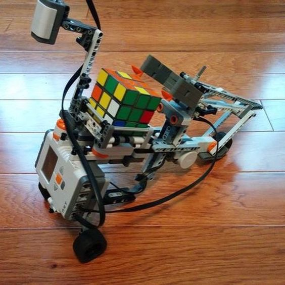 """""""Can you solve a Rubik's cube? This robot can!! #nerd #geek #rubiks #cube #puzzle #likesforlikes #gemr #robot #future"""""""