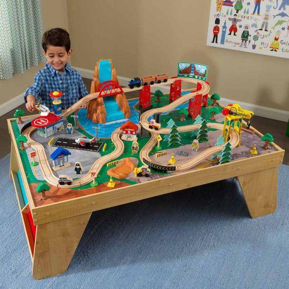 Votre enfant pourra laisser libre cours à son imagination grâce à cet ensemble table et train cascade naturelle. Imaginé sur le thème de la nature, il permettra à votre bambin d'explorer de grands espace à bord de son train. Peut-être aura-t-il même la chance de passer devant cette merveilleuse cascade dont tout le monde parle !  Livré chez vous en 4 à 5 jours