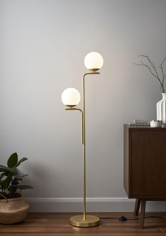 Ce Lampadaire Dore De La Collection Baldaz S Accordera Parfaitement Dans Votre Interieur La Finition Depolie Cree Une Belle Lu Luminaire Lampadaire Plafonnier