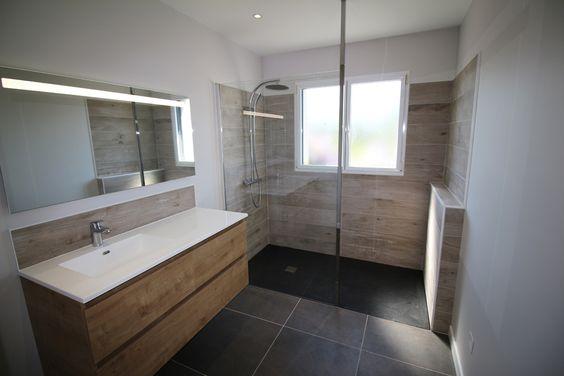 Salle de bain rénovée avec douche à l'italienne. Travaux réalisés par Bains Douches & Co. Rénovation d'une salle de bain, tons noir et bois, avec douche à l'italienne.