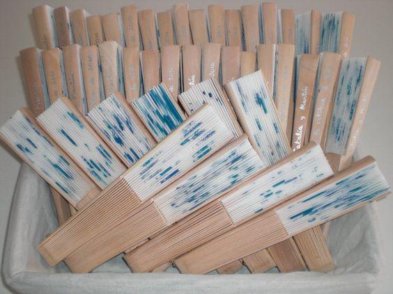 Abanicos pintados para regalar en bodas.