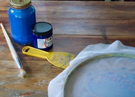 Silk screening t shirts and fabric the cheap and easy way using sheer curtains, an embroidery hoop, mod podge and fabric ink.: Crafts Screenprinting, Silkscreen Shirts, Diy Silkscreen, Easy Silkscreen, Craft Ideas