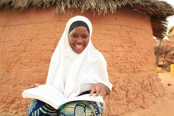 Una niña lee en Níger. https://www.paremoslapobrezainfantil.org/firma-por-la-educacion-de-las-ninas/?hdsourcecode=pinterest&hdpageposition=libros&hdmedia=pin10 #Niños #Niñas #Libros #Lectura #Educación