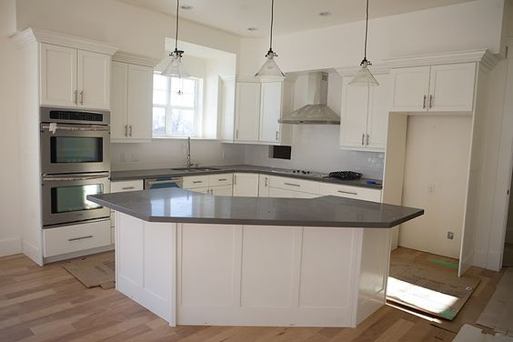 Not interested in the decor nor the kitchen colour but it is the exact design I love; L shaped with an island seperating the kitchen fron the dining room/living room