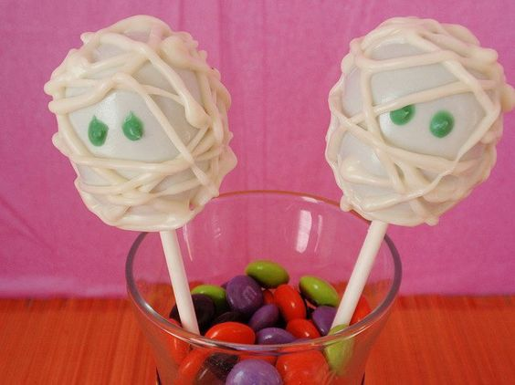 Pin for Later: Boo Bites! 20 Spook-tacular Halloween Cake Pops Mummy Cake Pops I love my mummy? Yes, you do! Especially when your mummy is made of cake and dipped into white chocolate. Source: Flickr user cakepoplady