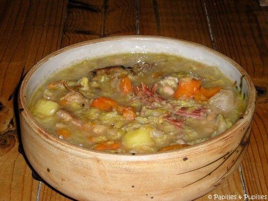 GARBURE BEARNAISE AU JAMBON DE BAYONNE (1  talon de jambon de Bayonne de 500 g, 9 grains de poivre, 1 piment d'Espelette ou 1/2 c à c de poudre de piment d'Espelette, 1 oignon piqué de 4 clous de girofle, 6 à 7 cm de céleri branche, 1 branche de thym, 1 feuille de laurier, 1 chou, 6 carottes, 4 navets, 2 beaux poireaux, 6 pommes de terre, 250 g de haricots tarbais lingot, 8 morceaux de confit de canard)