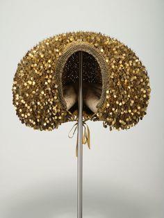 Goldhaube mit beweglich eingehängten Metallplättchen (Flinderhaube) (Flinderhaube) Inventarnummer: T35 Datierung: um 1650/1700 Ort: Nürnber...
