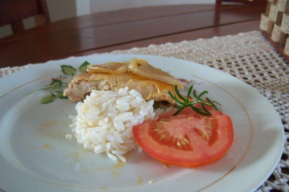 1 colher de sobremesa de orégano  - 1 colher de sopa de salsinha  - 2 cebolas em rodelas  - 6 colheres de sopa de azeite  - 6 filés de frango  - Páprica picante e sal a gosto  -