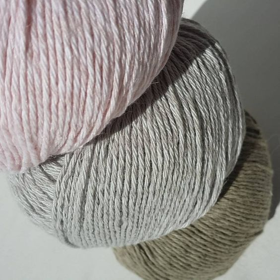 Delikate farger av #Allino 50 % lin og 50 % bomull.  Hva vil du strikke av dette? En topp? Kluter? Håndklær? Duk?  #strikkinnom #strikkinnomfarger #BCgarn #strikkinnom_pasteller
