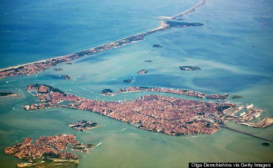 Los canales de Venecia, aproximándose a la pista de aterrizaje.