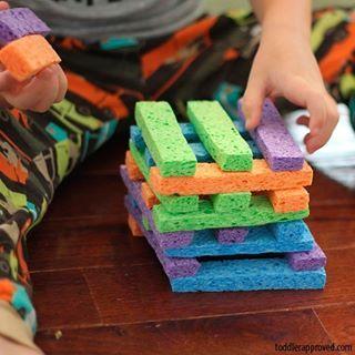 Site com muitas ideias para passar tempo junto com seu filho. A esponja ou espuma, recortada, vira jogo de montar. #BrinquedoCaseiro #brincadeira #brincar #tempojunto