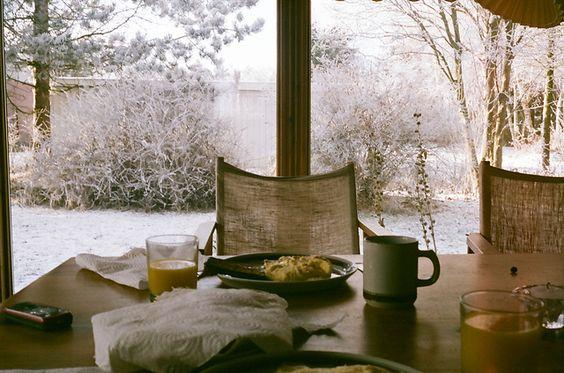 Como el tiempo no nos permite desayunar fuera, disfrutemos del calor del hogar y las vistas. #cafe #breakfast