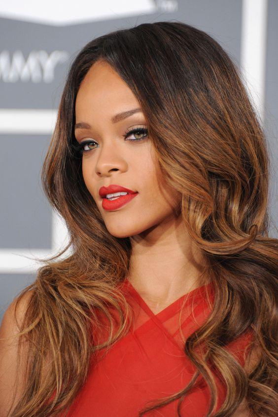 Radiante en su aparición en los Grammy 2013, Rihanna lució una ondas muy marcadas con puntas degradée que otorgaban volumen a su melena