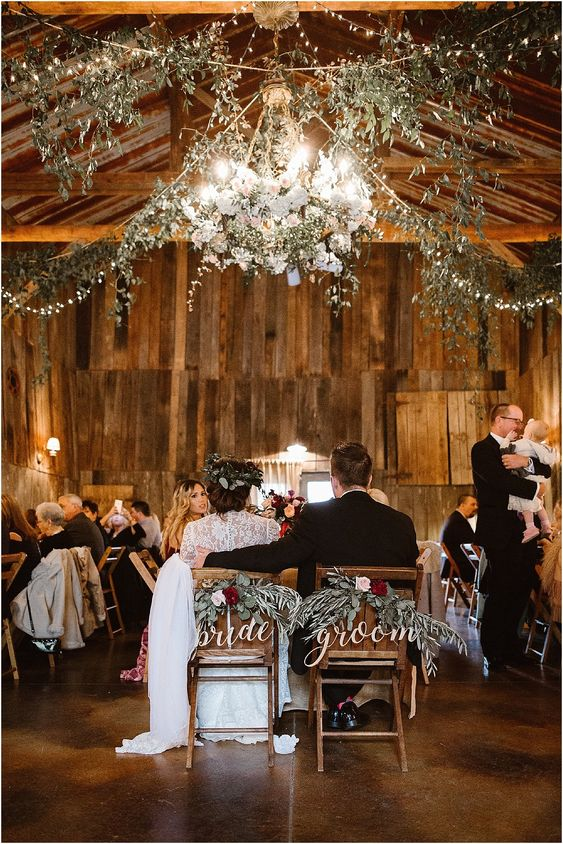 The Barn at Chestnut Springs Wedding in Tennessee | Erin Morrison Photography www.erinmorrisonphotography.com #holidaywedding #weddingday #barnwedding #mountainwedding