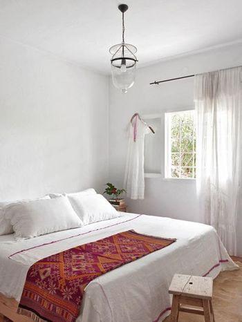 ナチュラル系+赤味  ベッドにかけられた一枚の飾り布は単純な赤ではなく、床や家具のナチュラル系に合わせやすいオレンジ系が入っています。  茶系と相性が良い色は、黄色やグリーン。そしてオレンジ。ブルーであれば、グリーンがかった青に。