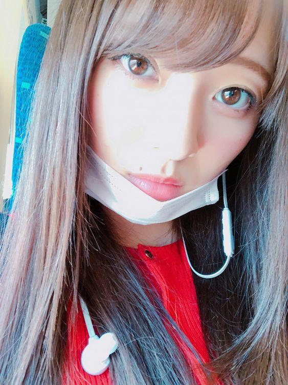 マスク姿にイヤホンを着けている梅澤美波の画像