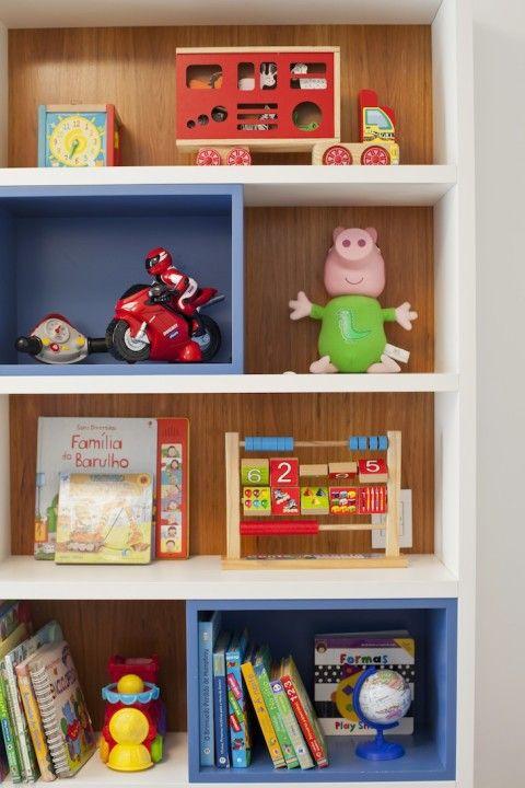RAFAEL e GUILHERME compartilham o mesmo quarto com muita diversão, no projeto da arquiteta SIMONE JAZBIK, que traz azul e estilo de bebê e menininho.