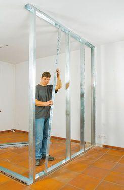 Will man eine Trennwand bauen, ist ein Metall-Ständerwerk eine gute Möglichkeit, die Wand schnell zu ziehen. Wir zeigen Schritt für Schritt, wie Trockenbau geht.