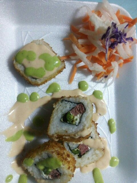 Sushi de marlin queso philadelphia chile serrano salsa chipotle y salsa verde :)