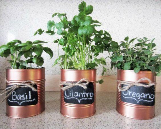 macetas con latas pintadas con aerosol metalizado y pintura de pizarron: