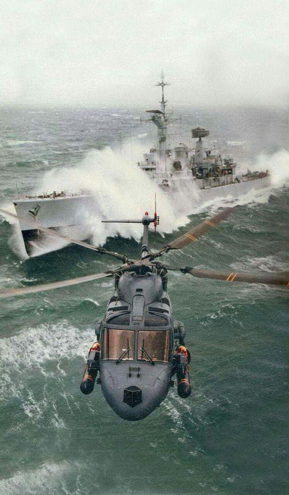荒れ海を飛ぶヘリコプター