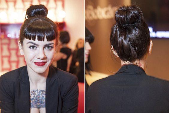 Os cabelos presos estão com tudo nesta edição do SPFW, e o coque alto é um dos penteados que mais aparece pelos corredores. Um arraso! (Foto: Tathiana Yumi Kurita)