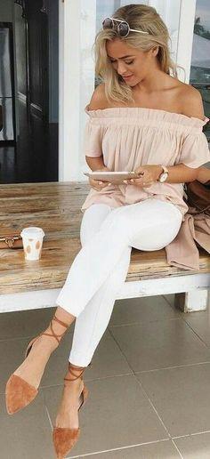 Épaules dénudées et jean blanc: