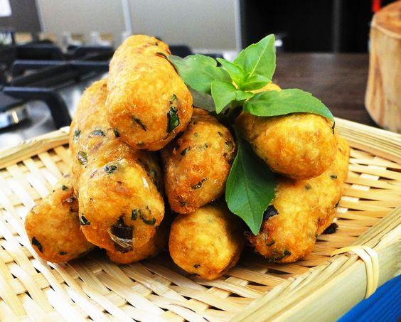 Ingredientes: 2 x de batatas desidratada para purês 2 x de lascas de bacalhau pré cozido 3 ovos 2 colheres de salsa picada 1 colher de coentro picadinho 1 colher de cebolinha picadinha 1 dente de a…