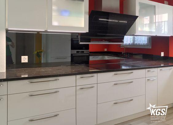 Nach der Montage der Küchenrückwand aus grauem Spiegel - spritzschutz küche folie