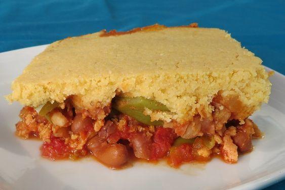 Mexicaanse ovenschotel. Ingrediënten: Chili: •  1 ui •  1 groene paprika •  400 gram snijbonen/sperziebonen •  1 blik tomatenblokjes •  1/2 kop (50 g) droge sojabrokjes •  3/4 kop (180 ml) plantaardige bouillon •  2 tenen knoflook •  1 1/2 tsp komijn •  2 tsp paprikapoeder •  1/4 tsp chilipoeder •  1 tbsp sojasaus •  1 blik bruine bonen •  zout Maisbrood: •  1 kop (120 g) maismeel •  1/2 kop (60 g) tarwebloem •  1 tsp bakpoeder •  2 tbsp olie •  1 kop (240 ml) bouillon •  Evt: 2 tbsp…
