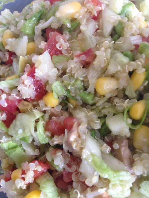 Ensalada fría de quinoa: * Picar en cuadritos pequeños: tomate, pepino y lechuga. * Picar un poco de cebolla en cuadros pequeños y dejar reposar con suficiente limón. * Cocinar por 15min la quinoa con el doble de agua; está lista cuando se inflen las semillas. Unir todos los ingredientes, agregar maíz o alguna fruta de preferencia y colocar aceite de oliva y sal.