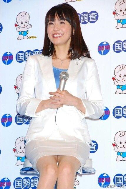 白スーツの小林麻耶