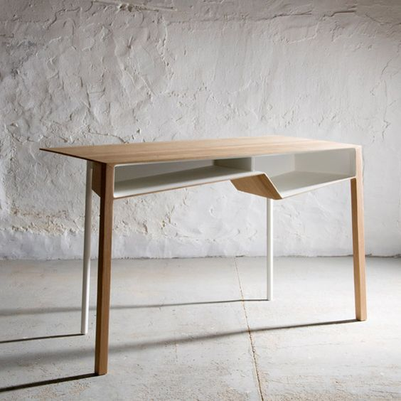 """Sur l'espace Belgium is design du salon Maison&Objet de septembre, le designer belge Frédéric Richard présentait le bureau """"B011"""", une surfa..."""