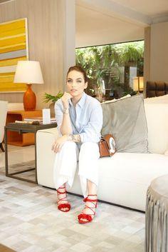 Look Bruna Unzueta, com camisa azul clara, calça branca e sandália vermelha