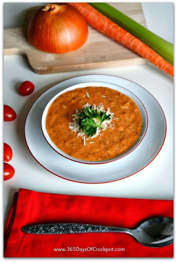 Sopa. Receta de cocción lenta para tomate largo, albahaca y parmesano.