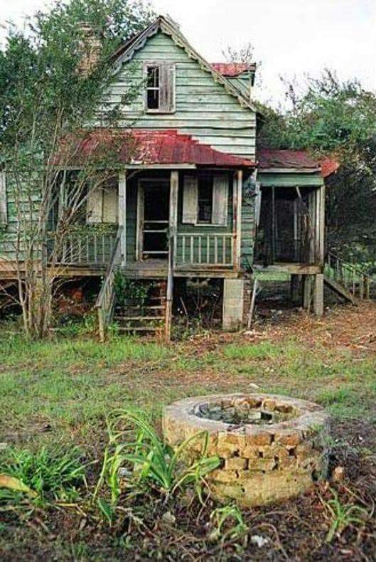Old abandoned farm house.: